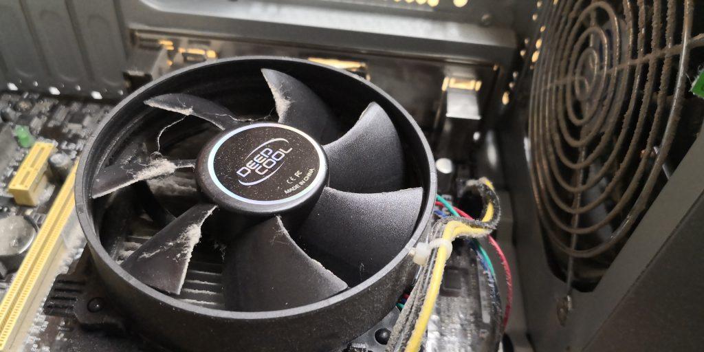 Verstaubter CPU-Kühler vor der Reinigung
